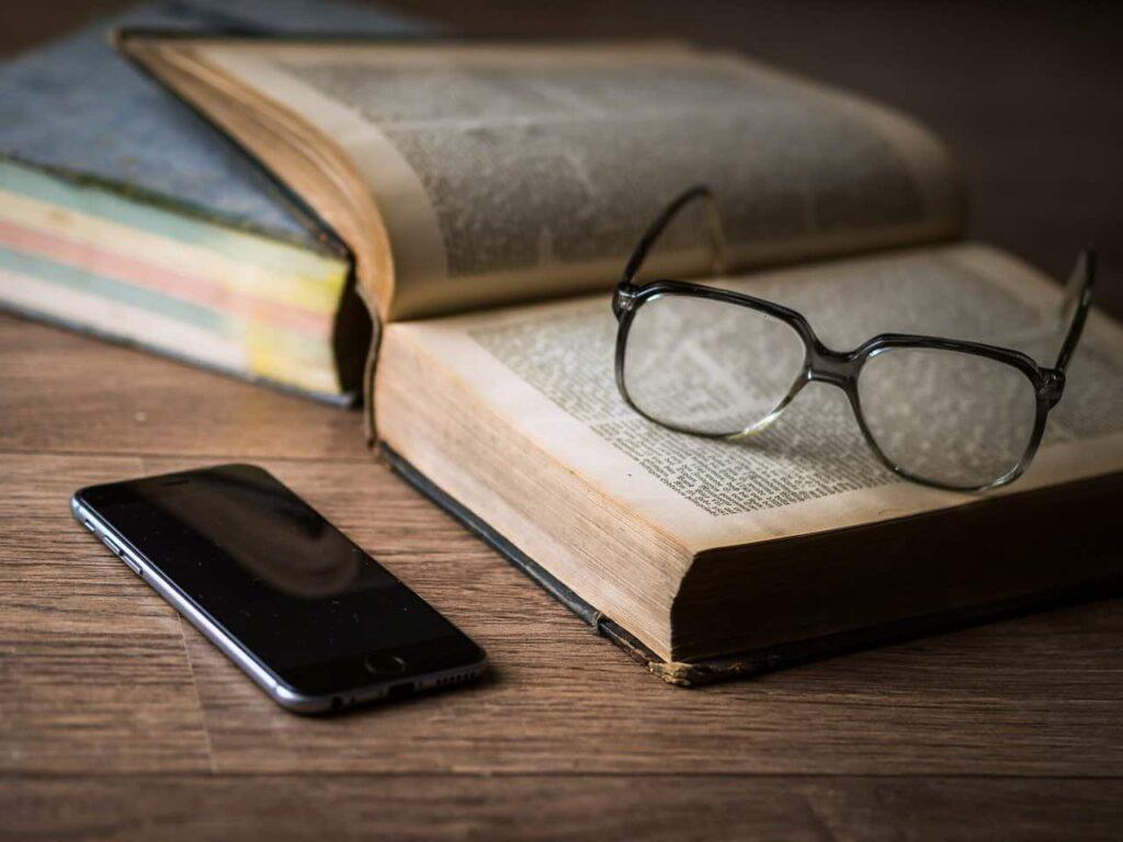 携帯とメガネと辞書