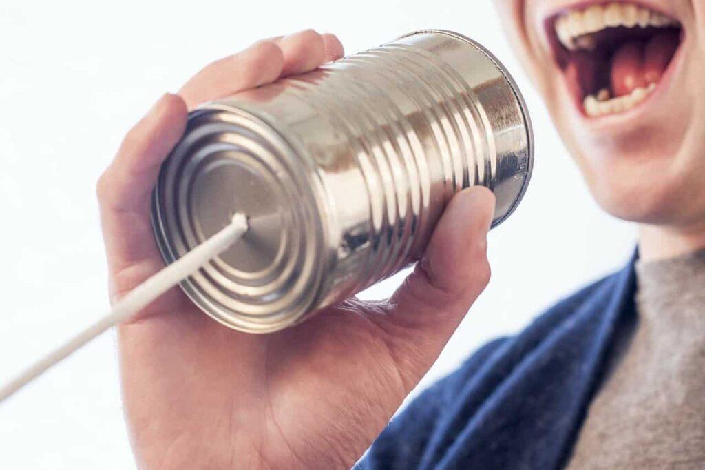 糸電話で話している男性